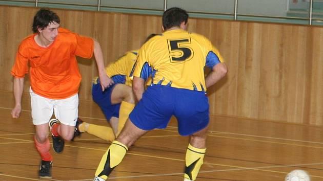 Dubňanský futsalista Miloš Albert (v oranžovém) v duelu se Sapporem Manerov. Ilustrační foto