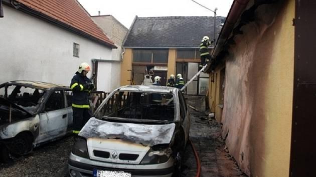 V Bzenci v úterý odpoledne shořela dvě auta.