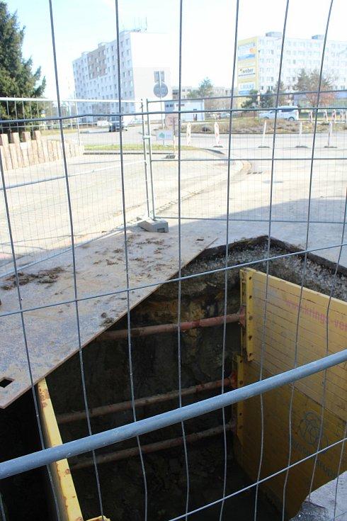 Stavební práce a omezení dopravy u okružní křižovatky v Měšťanské ulici.