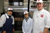 Josef Jandásek v Japonsku při výrobě masných výrobků.