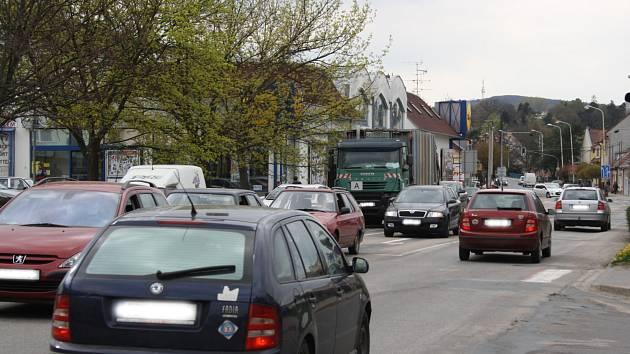 Opravovaná Nerudova ulice v Kyjově. Na snímku je křižovatka u autobusového nádraží.