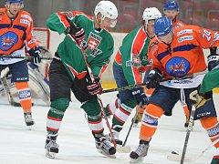 Hodonínští druholigoví hokejisté (v modro-orabžových dresech) prohráli v úvodním přípravném zápase se slovenskou Skalicí 1:3.