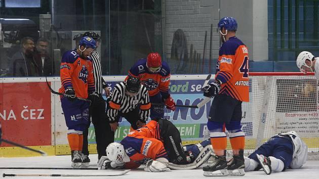 Hodonínští hokejisté (oranžové dresy) prohráli i druhý letošní mistrovský duel.