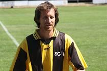 Předseda fotbalistů Moravského Písku Petr Týzner při víkendových oslavách navlékl dres staré gardy a zahrál si proti starým pánům Zlína.