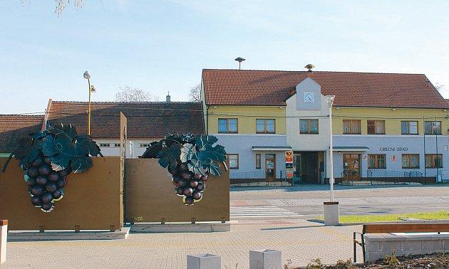 Budova Obecního úradu Hovorany – vpopredí symbol vinarské obce – kovárské dílo navržené Petrem Zajícem.