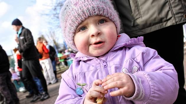 Valentýnský jarmark v Petrově navštívily desítky lidí. Dospělí ocenili zabijačku a pivo, děti si pochutnaly na solených tyčinkách nebo kozím sýru.