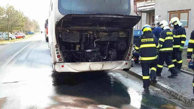 Ve Vacenovicích hořel autobus. Cestujícím se nic nestalo.