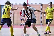 Fotbalistky Hodonína (ve žlutých dresech) skončily na letošním Kamenex Cupu v konkurenci předních českých a slovenských týmů sedmé.