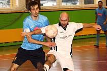 Hráči Zweigeltrebe v úvodním čtvrtfinále JM Sport ligy přehráli Ocelit 7:2. Kanonýra Zbyňka Tomana (vpravo) nepustil do šance Lubomír Kupčík.