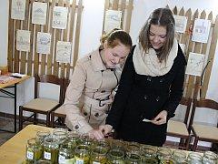 Akce Na Marka zasaď oharka ve vacenovickém muzeu. Lidé hodnotili třiašedesát vzorků nakládaných okurků.