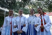 Hodová zábava pod zeleným zpestřila úterní večer v Josefově. Děvčata navlékla mužské kroje a celý program organizovala.