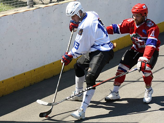 Hokejbalisté Hodonína (v bílých dresech) prohráli v rozhodujícím pátém finálovém zápase s Jihlavou 1:2 a v Moravské lize skončili druzí.