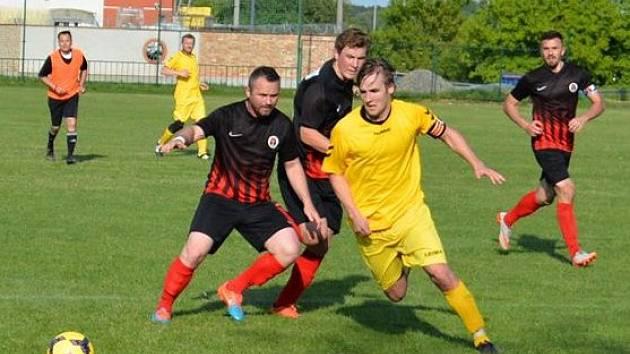 Fotbalisté Dolních Bojanovic (v černých dresech) uhájili proti Ždánicím jarní domácí neporazitelnost, když ve 22. kole okresního přeboru zvítězili 4:3.
