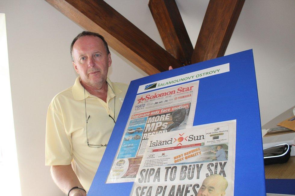 Učitel Karel Fiala představuje sbírku světových novin.