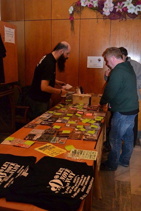 Návštěvníci si mohli koupit CD jednotlivých skupin či trička, která jim připomenou vzpomínkovou akci 30 let nové vlny ve Strážnici.