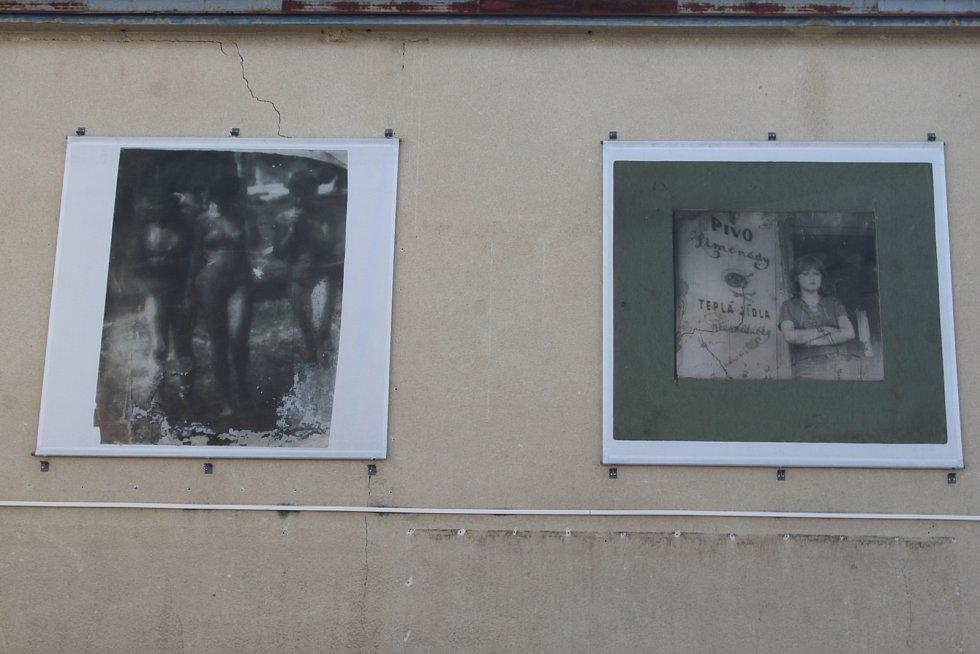 Instalace velkoformátových fotografií Miroslava Tiché na Kině Panorama.