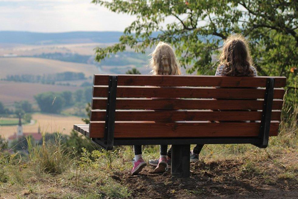 """Vychutnat si výhled z kopce Lysé hory """"Rovinky"""" nad Věteřovem můžou návštěvníci Věteřovské naučné stezky. Do výhledu nainstalovali otočnou lavičku."""