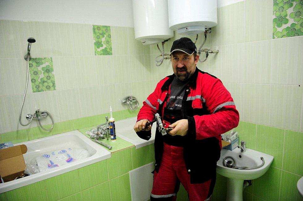 Lidé z kyjovské nadace Dětem z Vilšan změnili dětem z domova na Ukrajině život k lepšímu. Instalatér z nadace při rekonstrukci prádelny.