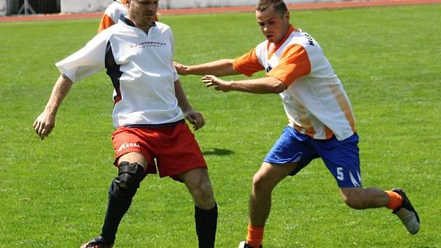 Strážníci Hodonína (vpravo) prohráli v rozhodujícím zápase s kolegy z Trnavy 3:4 a na domácím turnaji měststkých policií skončili druzí.