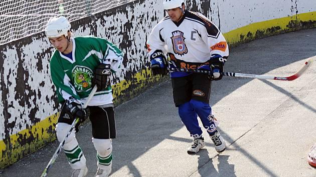 Hodonínští hokejbalisté (v bílém) na favorizované Malenovice nestačí. Po dvou semifinálových duelech prohrávají 0:2.