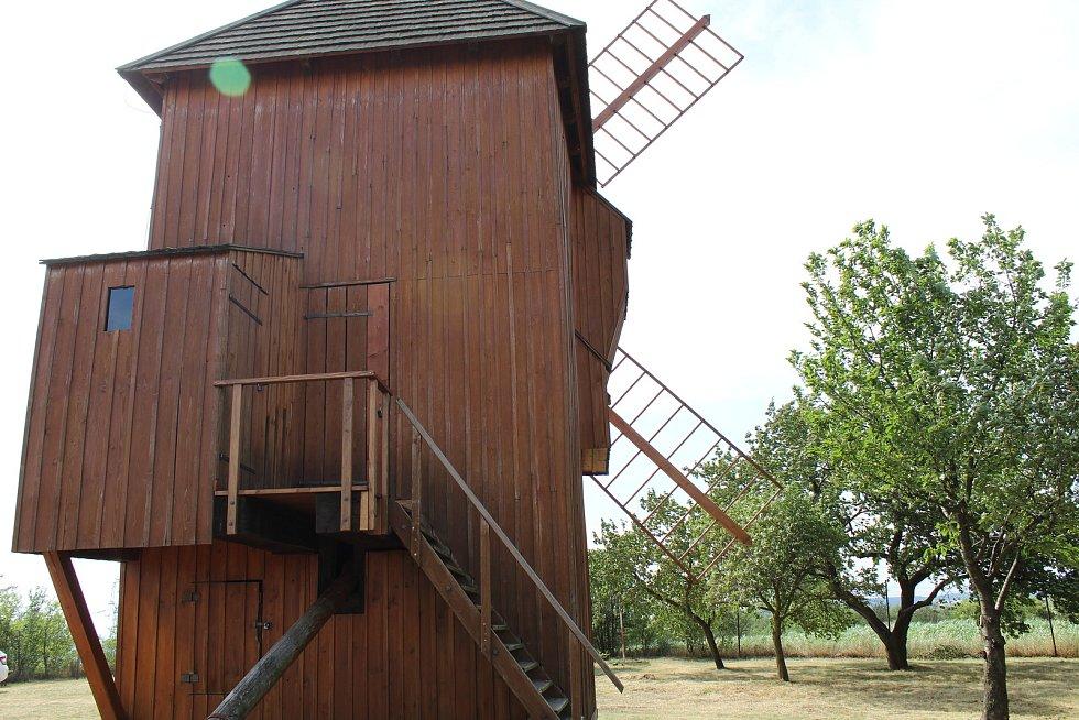 Větrný mlýn nad Starým Poddvorovem.