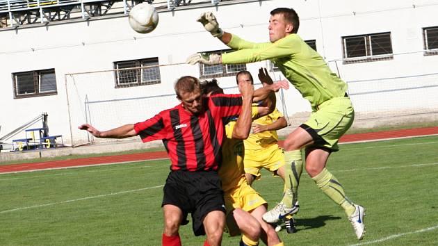Fotbalisté Hodonína (v červeném) vstup do sezony nezvládli. S Tasovicemi doma prohráli 1:2. Na stadionu U Červených domků byl k vidění hlavně boj.