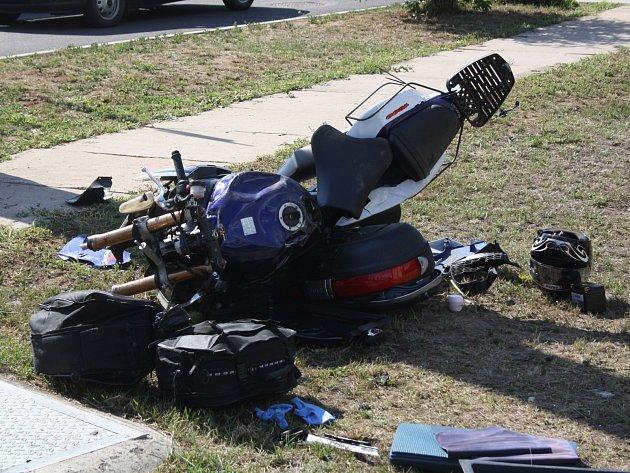Srážka motorky a osobního auta v Moravském Písku. Záchranáři ošetřili celkem pět zraněných, z toho dvě děti.