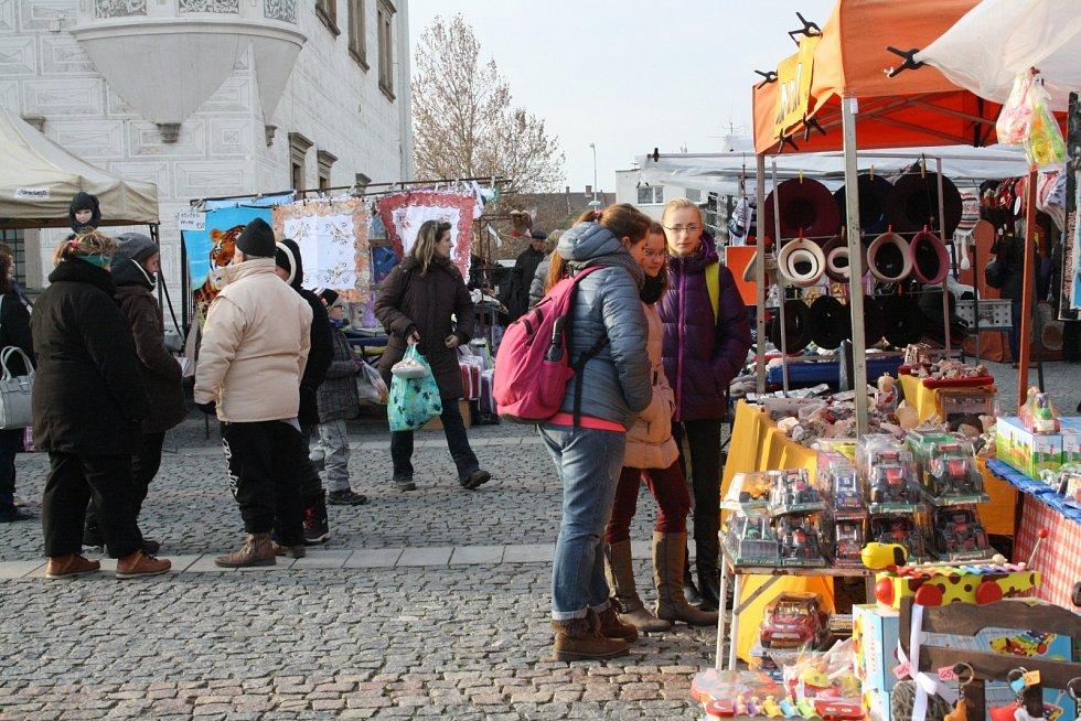 Předvánoční trhy v Kyjově zabraly místo mezi radnicí a kašnou. Kromě oblečení a hraček si mohli návštěvníci dopřát trdelníku a horkých nápojů.