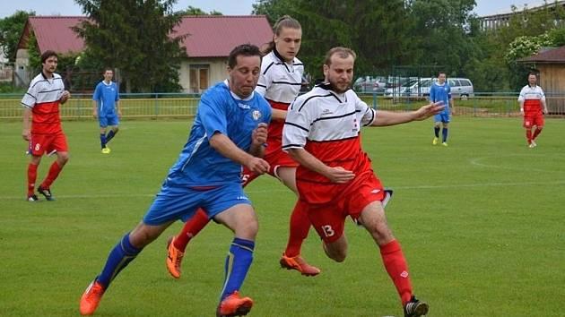 Fotbalisté Dolních Bojanovic (v bílých dresech) v minulém kole okresního přeboru zdolali béčko Bzence, v neděli však prohráli v Uhřicích 1:4.