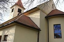 Kostel v Blatničce se dočkal nové elektroinstalace. Vyměnila se na něm i okna.