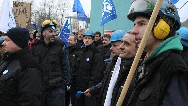 Kolem tří set padesáti zaměstnanců demonstrovalo proti nízkým mzdám před hodonínskou armaturkou
