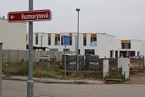 Za Rozmarýnovou ulicí vyrůstá nová, možná Heřmánková ulice.