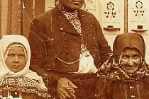 Blažej Houšť (1873 – 1915) s maminkou a dcerou v roce 1910.