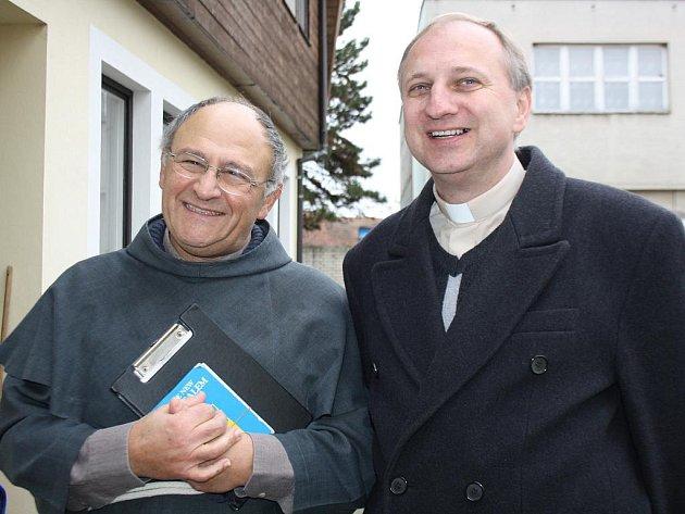 Katolický kněz Elias Vella, který přednášel v Blatnici pod Svatým Antonínkem. (vlevo) Na fotografii je spolu s blatnickým farářem Zdeňkem Stodůlkou.