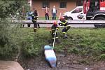 Záchrana vodáků z převrhnutého člunu ve Velké nad Veličkou.