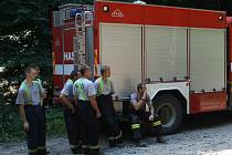 Zásah hasičů při požáru nedaleko Javorníku na Hodonínsku v těžko přístupném terénu Bílých Karpat v moravskoslovenském pohraničí. Hasiči nasadili i speciální techniku, aby na místo dopravili vodu.