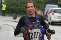 Dvaatřicátý ročník populárního silničního závodu Velká Morava vyhrál český reprezentant Milan Kocourek. Známý vytrvalec zvládl desetikilometrovou trať za 31:05 minuty. Celkem se v Mikulčicích představilo 414 běžeckých nadšenců.