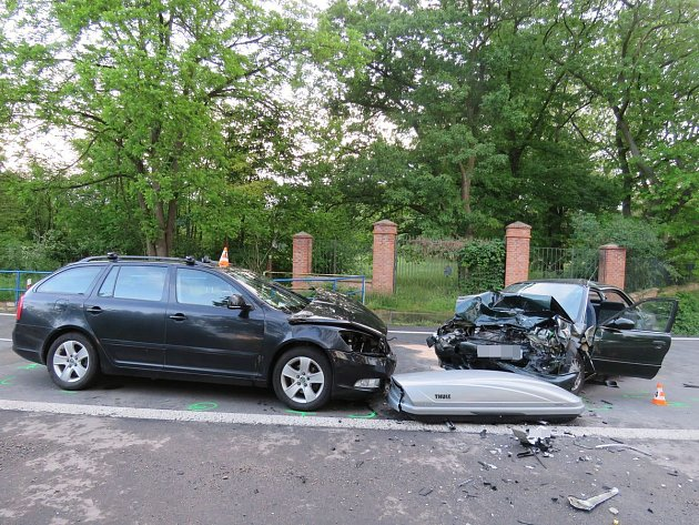Ktěžké dopravní nehodu dvou osobních aut vyjížděli vpátek navečer záchranáři ke Strážnici na Hodonínsku.