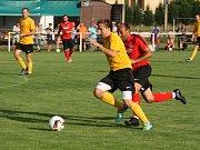 Fotbalisté třetiligového Hodonína (v červených dresech) si na úvod letní přípravy poradili se sousedními Mutěnice, které na hřišti v Lužicích přehráli jasně 6:0.
