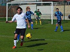 Fotbalisté Dolních Bojanovic (v bílých dresech) doma porazili Sobůlky 1:0. Nedělní duel rozhodl trestný kop Podrazila.