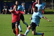 Fotbalisté Strážnice (v červených dresech) v posledním domácím zápase letošní sezony zdolali Podivín 2:0