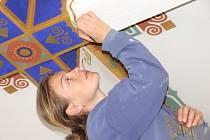 Restaurátoři opravují sto let staré fresky.