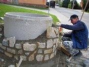 Studna u vacenovické školy už je téměř obložená novým kamenem.