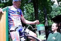 První svůj mobil odevzdal mistr světa na vysokém kole Josef Zimovčák. Pomohl tak zachránit území, kde žijí gorily.