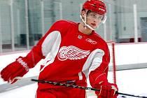 Hokejista Antonín Honejsek v lédě oblékl slavný dres Detroitu Red Wings.