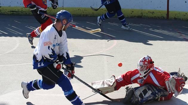 Hokejbalisté Staropramenu Hodonín (ve světlém) chtějí své umístění z minulé sezony letos vylepšit.