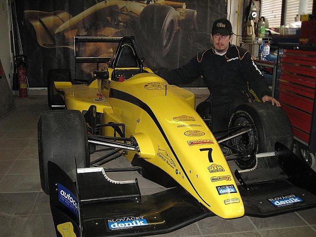 Sudoměřický závodník Michal Novický se šťastnou sedmičkou na své připravené formuli.