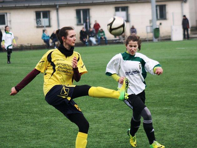 Patnáctiletá záložníce Hodonína Dominika Fojtů (ve žlutém) odkopává balon do bezpečí.