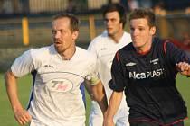 Fotbalisté Ratíškovic (v bílém) sice vyhráli první A třídu skupinu B, ale zatím neví, zda budou v příští sezoně hrát krajský přebor.
