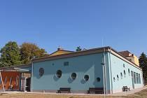 Nový víceúčelový sál je součástí základní školy v Petrově. Budou zde i ordinace lékařů a knihovna.